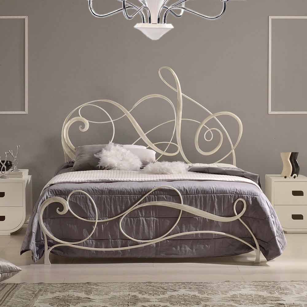 lit double en fer forg avec d coration cl de violon atena. Black Bedroom Furniture Sets. Home Design Ideas