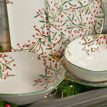 2 bols à salade avec décorations de Noël dans des assiettes en porcelaine - balai de boucher