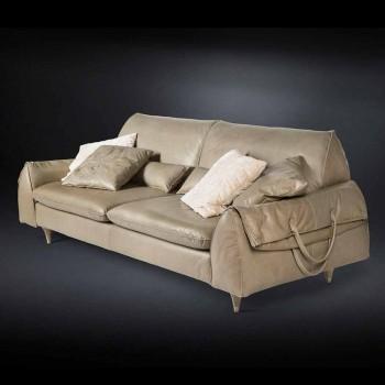 bois massif et un canapé en cuir avec accoudoirs objets Eve conduit