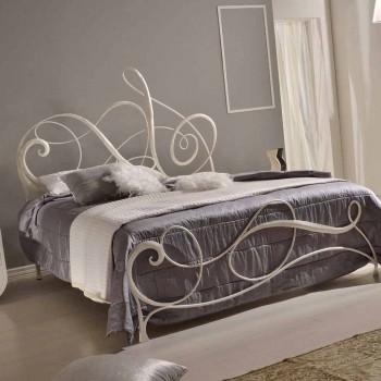 lit double en fer forgé avec Athena treble clef décoration