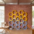 Bibliothèque murale colorée avec cellules Slide Hexa, produite en Italie